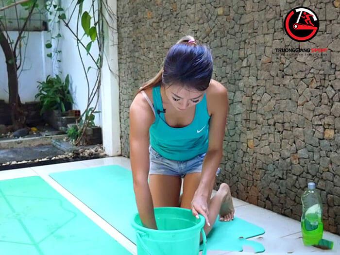 Hướng dẫn cách giặt thảm yoga tại nhà đúng cách.